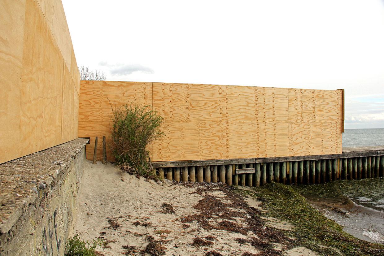 Det var dette byggepladshegn, der gennem fem måneder blokerede naboernes og alle andres ret til at færdes langs stranden. Hegnet på høfden (bølgebryderen) har Jan Leth Christensen efter en tur i fogedretten nu fjernet, så offentligheden igen kan færdes langs stranden.