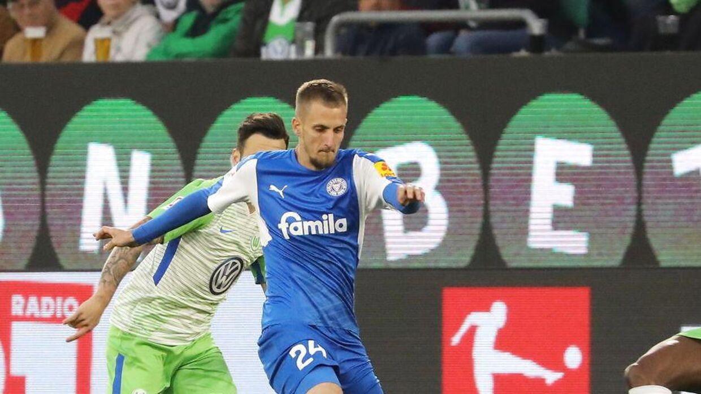 Dominick Drexler i blåt i kamp for oprykning med Holstein Kiel mod Wolfsburg.