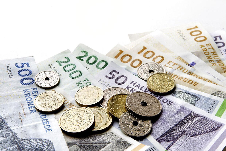 (ARKIV) Pengesedler og mønter, den 10. december 2013.At ens børn havner i en luksusfælde med stor gæld, er lidt af et mareridt for de fleste forældre. Derfor skal økonomi være en del af opdragelsen. Det skriver Ritzau, onsdag den 9. maj 2018.. (Foto: Bax Lindhardt/Ritzau Scanpix)