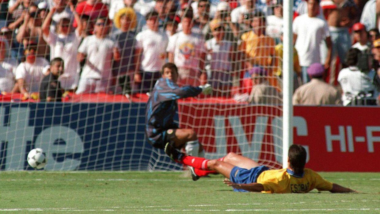 Andres Escobar på jorden. Han har netop sendt bolden afsted mod eget mål i kampen mod USA under VM i 1994.