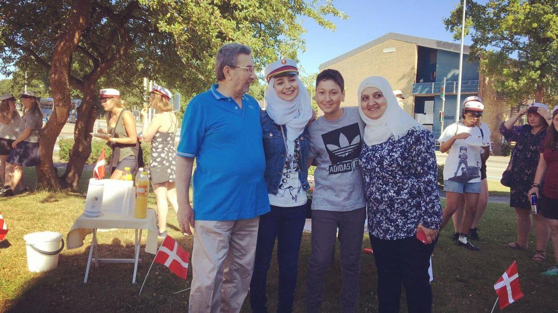 Superstudenten Sedra Al-Yousef sammen med sine forældre og lillebroderen.