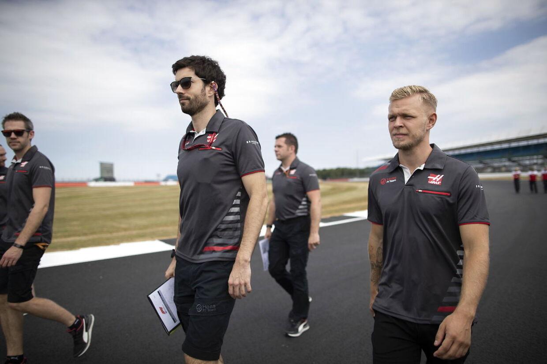 Kevin Magnussen inspicerer Silverstone-banen.