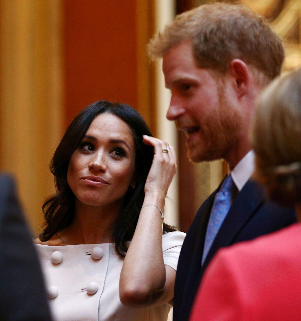 Parret deltog den 26. juni i en reception på Buckingham Palace, hvor Meghan Markle forsøgte at fiske efter prins Harrys hånd, dog uden held.