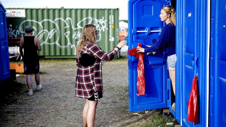 En mand er sigtet for at have beluret tissende kvinder på Roskilde Festival.