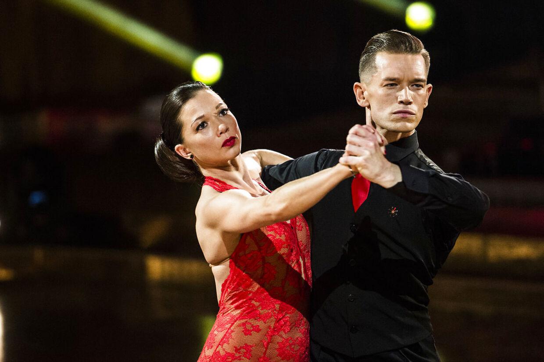 Morten Kjeldgaard er i disse dage på ferie i Andalucien. Her ses han i en tango med Sarah Mahfoud.