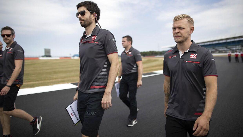 Kevin Magnussen og Haas-holdet ser lige banen an.