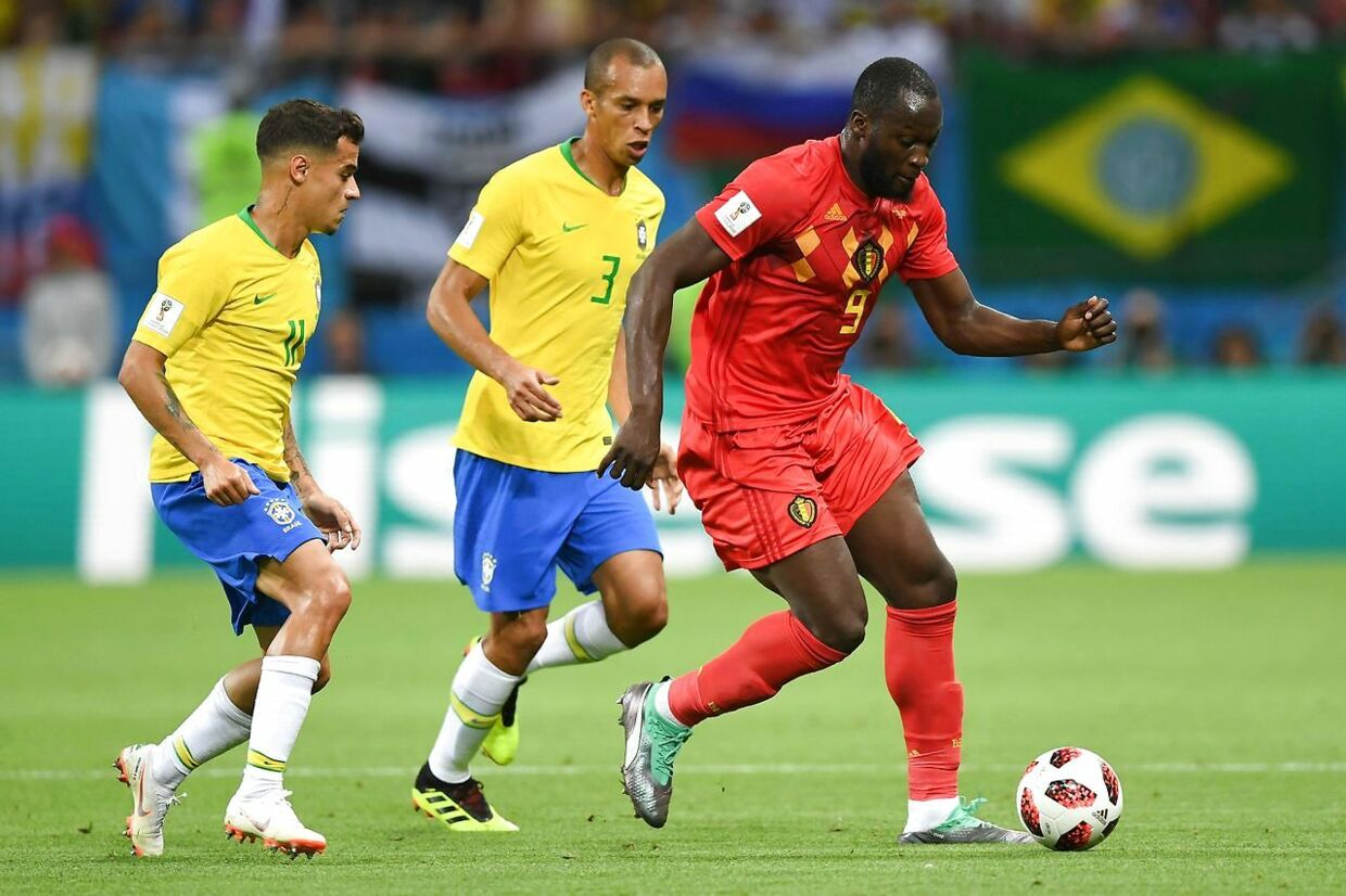 Belgium's forward Romelu Lukaku (R) controls the ball as he is marked by Brazil's forward Philippe Coutinho (L) during the Russia 2018 World Cup quarter-final football match between Brazil and Belgium at the Kazan Arena in Kazan on July 6, 2018. / AFP PHOTO / Manan VATSYAYANA / RESTRICTED TO EDITORIAL USE - NO MOBILE PUSH ALERTS/DOWNLOADS