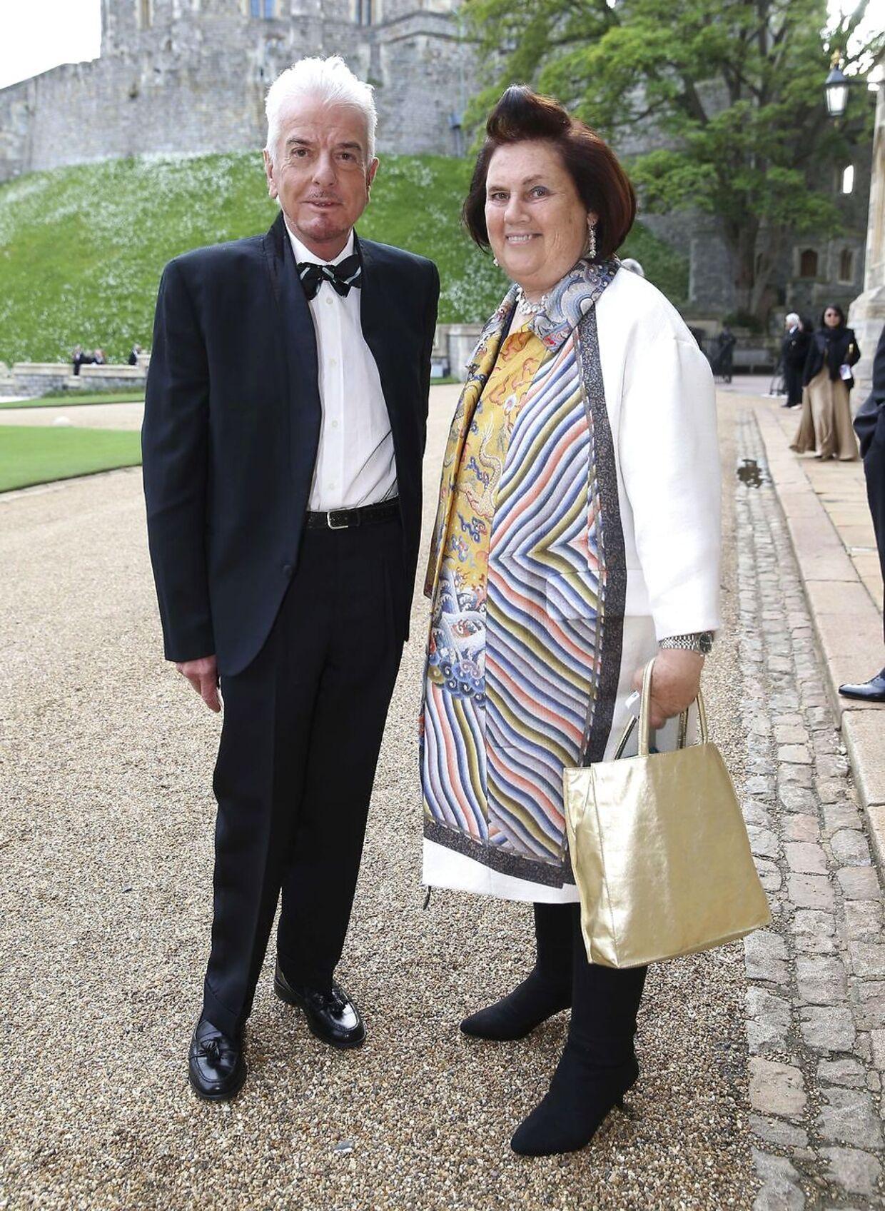 Den britiske designer Nicky Haslam, der er ven af prins Charles, er ude med riven efter Meghan Markles familie.