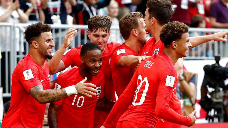 De engelske spillere fejrer målet til 2-0.