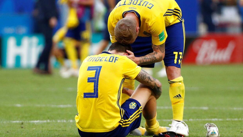 John Guidetti trøster Victor Lindelöf efter nederlaget til England.