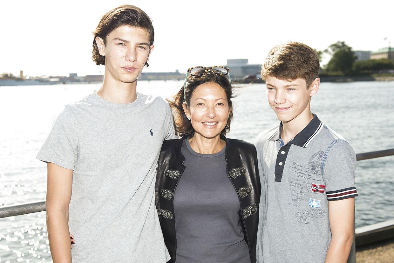 Grevinde Alexandra, der her ses med både prins Nikolai og prins Felix, sad ved sin søns side under interviewet med Euroman.