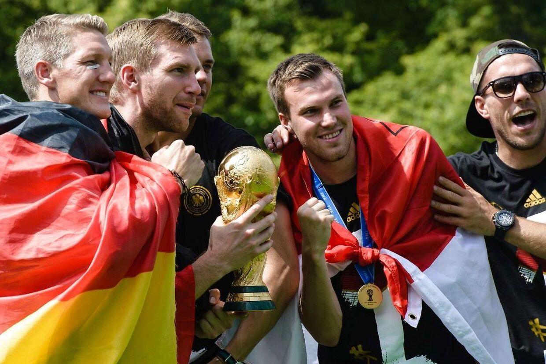 Kevin Grosskreutz (nummer to fra højre) jubler med andre tyske spillere - Bastian Schweinsteiger, Per Mertesacker, Manuel Neuer og Lukas Podolski - efter VM-triumfen i 2014.