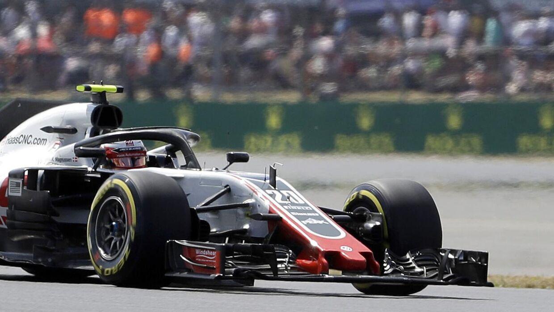 Kevin Magnussen kører søndag på Silverstone-banen i England. (FOTO: AP Photo/Luca Bruno)