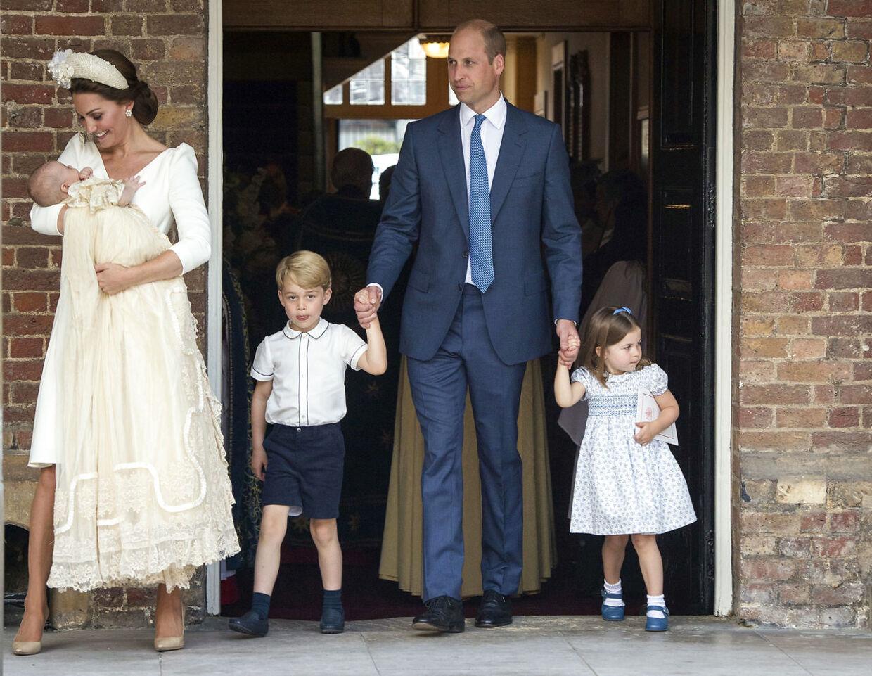 Prins William og Kate Middleton på vej ud af kirken sammen med deres tre børn - prins Louis på 11 uger, prins George på fire år og prinsesse Charlotte på tre år.