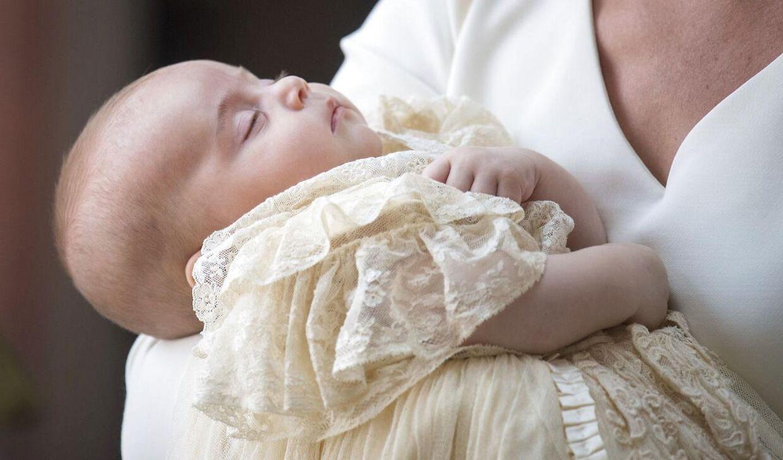 Prins Louis sov, mens han blev båret ind i kirken.