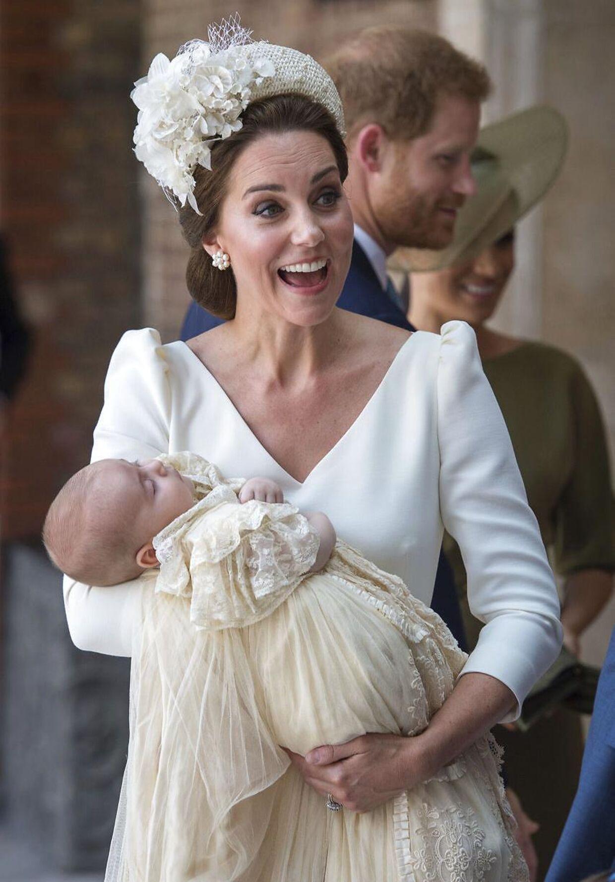 Både prins Louis og hans mor var iført cremefarvede kjoler.