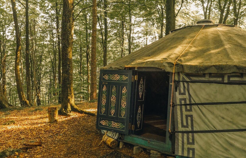 Den traditionelle mongolske jurt er en både hyggelig og afslappende måde at bo på - også i de skånske skove. Foto: Juila Cathrine This