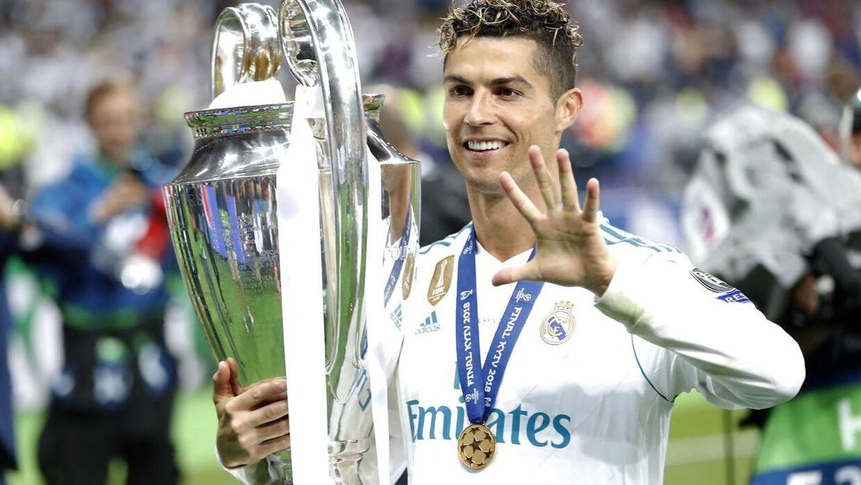 Cristiano Ronaldo med Champions League-trofæet efter Real Madrid slog Liverpool i årets finale.