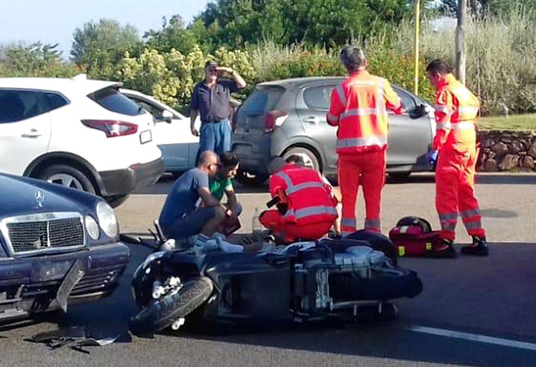 Ambulancefolk tager sig af George Clooney efter ulykken.