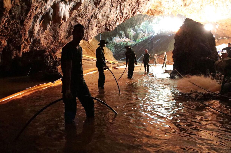 Billede inde fra grotten under redningsaktionen.