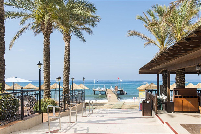 Club Dem Spa & Resort giver også, ud over mulig madforgiftning, kunderne direkte adgang til stranden