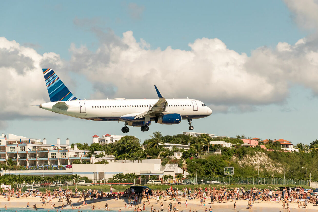 Turisterne kan stå lige neden under flyene, der kommer ind for at lande i Princess Juliana International Airport.