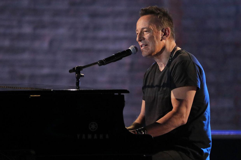 For nylig sendte en godtroende fan 1.200 dollar til sit idol, Bruce Springsteen. Det var oplagt online-fup. Den virkelige Bruce Springsteen er ifølge Forbes Magazine god for over en milliard kroner. Han mangler ikke penge.