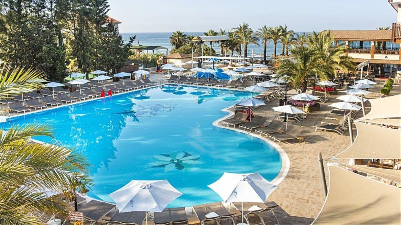 Hotellet Club Dem Spa & Resort i Alanya i Tyrkiet kan bryste sig af en stor pool, men flere danske familier beretter, at de er blevet syge efter at have opholdt sig på hotellet.