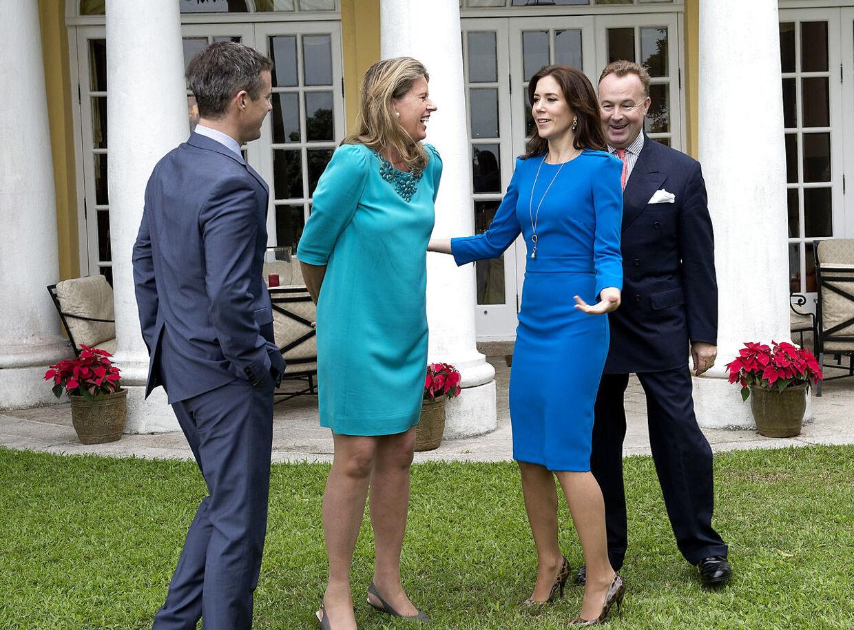 Desiree og Hans Michael Jebsen har tætte forbindelser til kongehuset. Her ses de sammen med kronprinsparret.