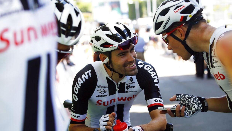 Tom Dumoulin taler med sine holdkammerater før femte etape af Tour de France.