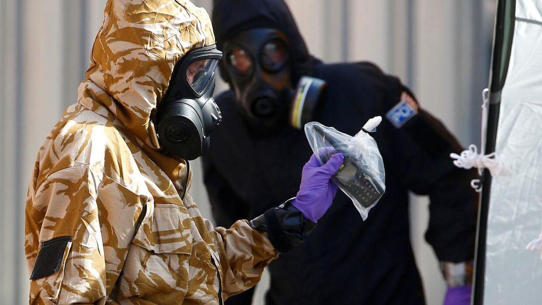 Arkivfoto. Efterforskere i beskyttelsesdragter kommer ud fra et hus, efter det blev bekræftet, at to personer var blevet forgiftet med nervegiften Novichok i Amesbury.