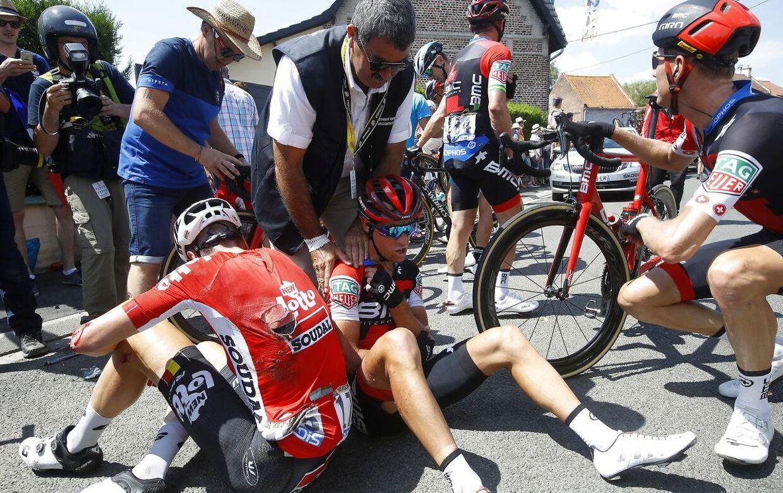 Richie Porte sidder på asfalten efter styrtet på 9. etape. Han måtte herefter udgå af Tour de France 2018.
