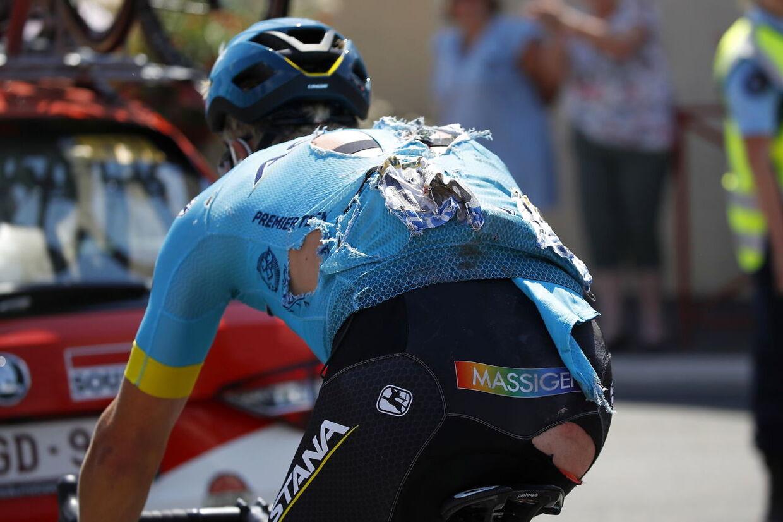 Michael Valgren måtte en tur i asfalten på den frygtede 9. etape af Tour de France. Han kunne heldigvis fortsætte i løbet, dog med en noget medtaget trikot.