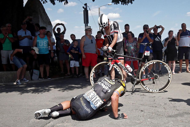 Sprinteren Dylan Groenewegen var en af mange, der styrtede på etapen.