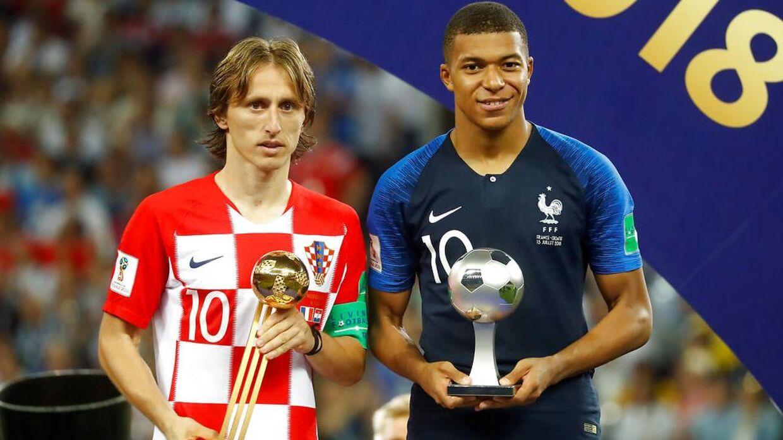 Luka Modric og Kylian Mbappe poserer med deres FIFA-priser. REUTERS/Kai Pfaffenbach
