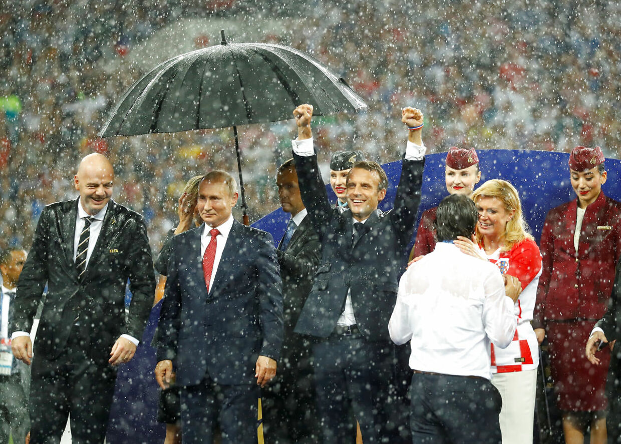 Soccer Football - World Cup - Final - France v Croatia - Luzhniki Stadium, Moscow, Russia - July 15, 2018 President of Croatia Kolinda Grabar-Kitarovic consoles Croatia coach Zlatko Dalic as FIFA president Gianni Infantino, President of Russia Vladimir Putin and President of France Emmanuel Macron look on during the presentation REUTERS/Kai Pfaffenbach