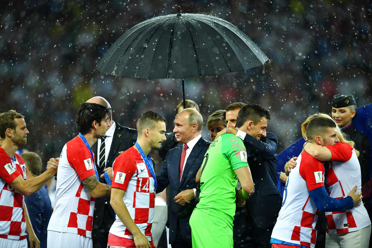 Soccer Football - World Cup - Final - France v Croatia - Luzhniki Stadium, Moscow, Russia - July 15, 2018 Croatia players receive silver medals and receive congratulations from FIFA President Gianni Infantino, Russia President Vladimir Putin, France President Emmanuel Macron and Croatia President Kolinda Grabar-Kitarovic REUTERS/Dylan Martinez