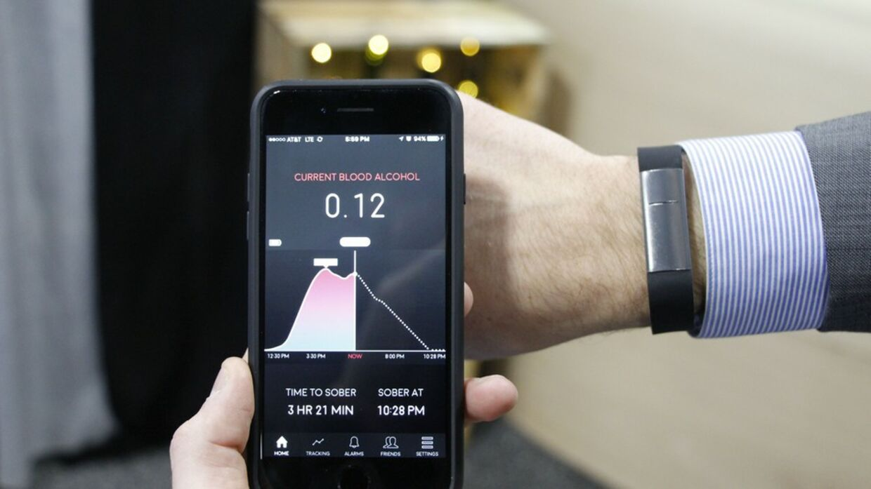 Armbåndet måler alkoholpromillen ved at aflæse kemiske forandringer i sveden på armen, og man kan bruge sin smartphone til at aflæse data. (PR-foto: Milo Sensors)