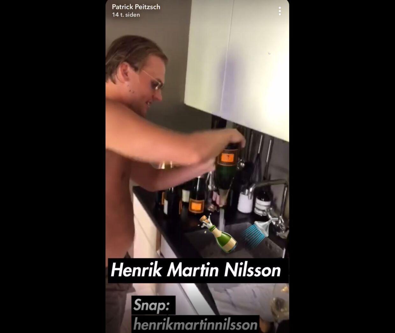Patrick Peitzsch hælder den champagne, som 21-årige Henrik Martin Nilsson har betalt for, i vasken.