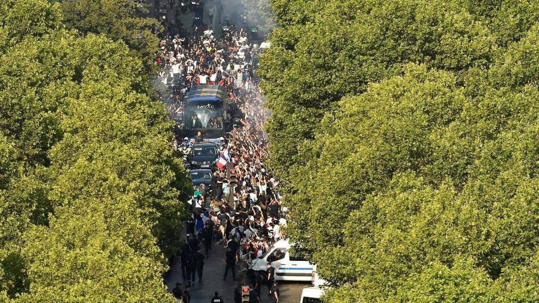 Bussen med de franske spillere på vej gennem gaderne.
