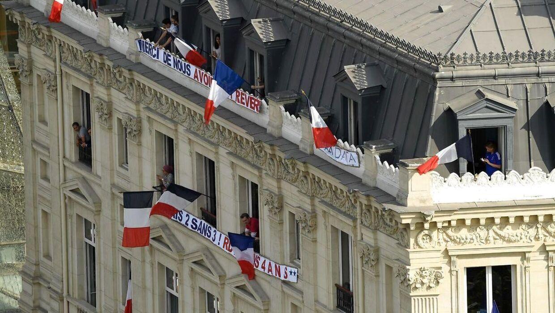 Bannere og flag i massevis er hængt op i gaderne. 'Tak fordi i fik os til at drømme', står der på et af dem.