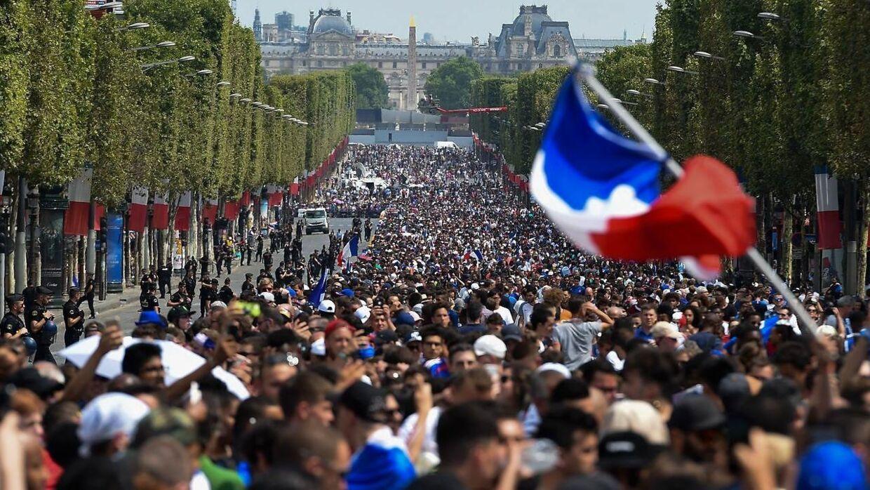Champs-Elysees er pakket med mennesker.