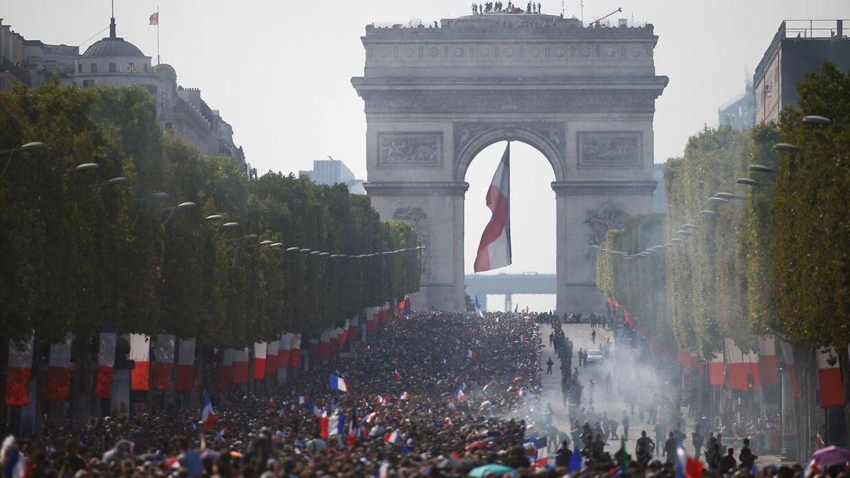 Champs-Elysees mandag aften.