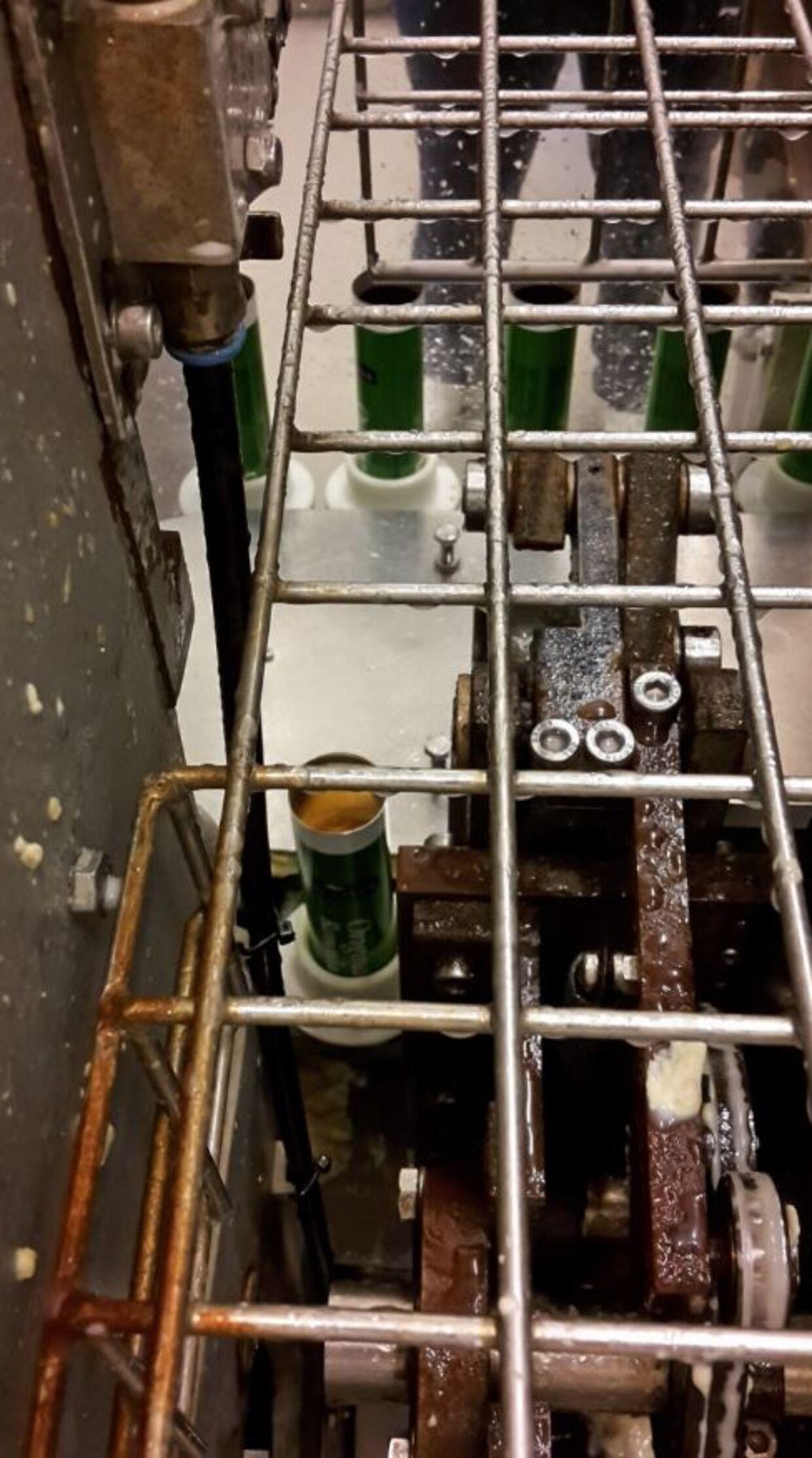 Her ses en maskine, der fylder tuber på fabrikken. Der er rust og madrester på maskinen, og ifølge Fødevarestyrelsen drypper den også. (Foto: Fødevarestyrelsen)