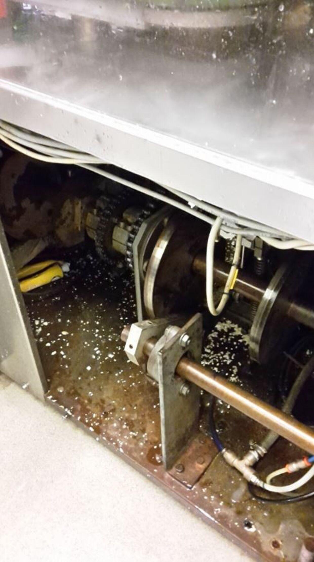 Som Fødevarestyrelsen her dokumenterer, ligger der gamle tuber inde i tappemaskinen. (Foto: Fødevarestyrelsen)