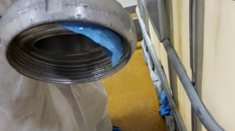 'Rester af gummihandske ved rørsamling med risiko for fremmedlegemer i produkt', skriver Fødevarestyrelsen. (Foto: Fødevarestyrelsen)