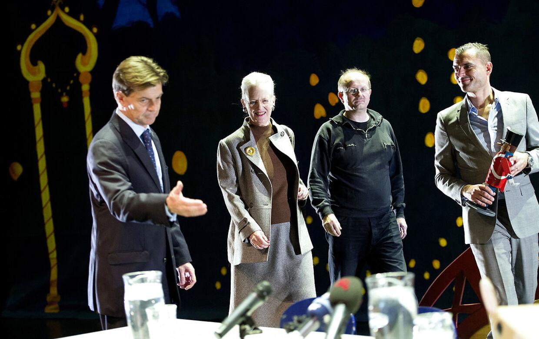 Henrik Lyding (nr. to fra højre) ses her sammen med blandt andre dronning Margrethe til pressemødet på balletten 'Nøddeknækkeren' torsdag den 15. november 2012 i Tivoli. Dronning Margrethe skabte kostumerne og scenografien til forestillingen, som Henrik Lyding skrev teksten til.