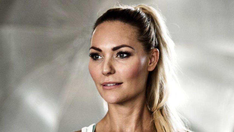 Mascha Vang vil helst ikke til jylland, men kærligheden får hende alligevel til at overveje at gøre det.