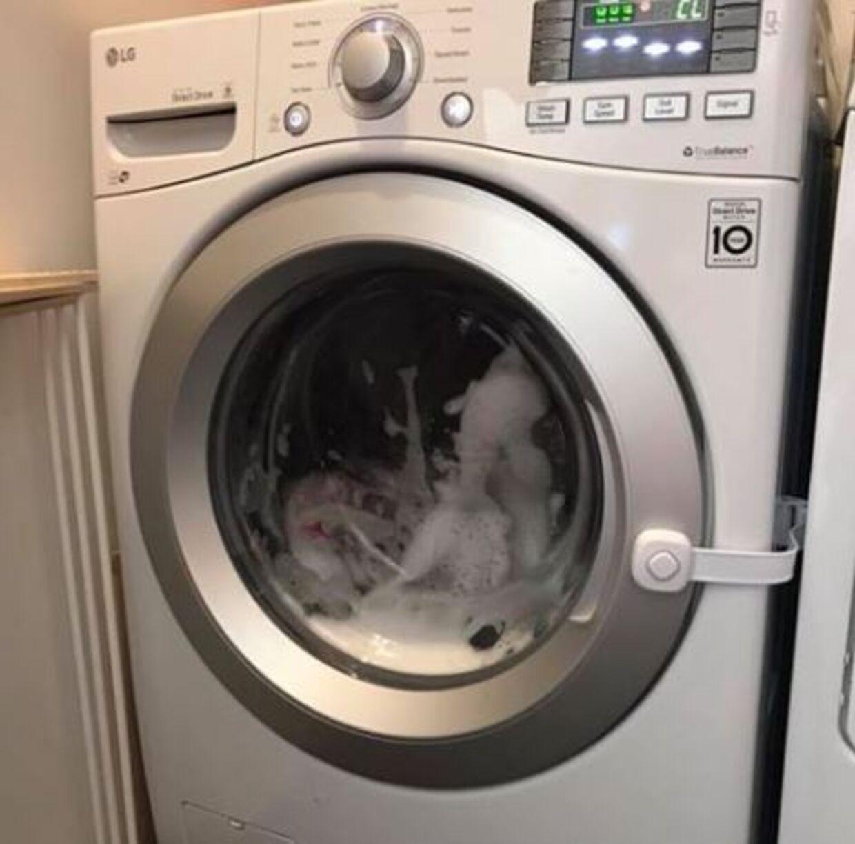 Tre-årige Kloe var fanget i denne vaskemaskine, mens den vaskede.