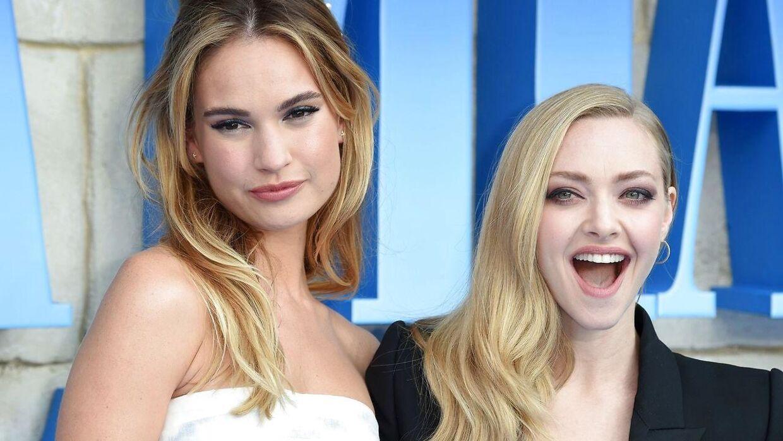 """Lily James og Amanda Seyfried på den røde løber ved premieren på """"Mamma Mia! Here We Go Again"""" i London, 16. Juli"""